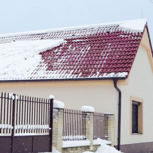 Predstavte si, že ak napadne 15 – 30 cm mokrého snehu, tak 1 m² na streche so sklonom do 30° váži aj 400 kg. Ak na vás zrazu padne viac ako 1 m², môže sa to skončiť veľmi zle.