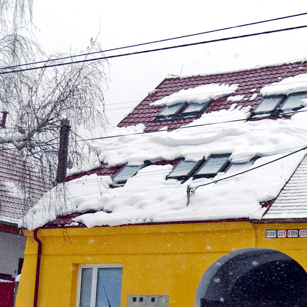 Ak má plochá strecha asi 100 m2, zľadovatená vrstva snehu shrúbkou okolo 30 cm na nej môže vážiť aj 30 t. Pri náhlom uvoľnení môže hlavne na hladších povrchoch so sebou strhnúť aj strešné detaily. Tu radšej ani neparkujte.