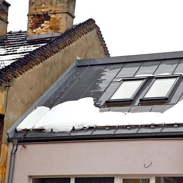 Šikmá strecha by mala mať snehové zábrany