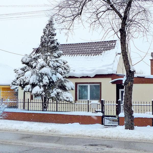 Krásna nová strecha, no snehové zábrany akosi nestačia. Prečo vsusednom Rakúsku počítajú aj sväčšou snehovou nádielkou aunás (hneď vedľa) sa tvárime, že tu predsa nesneží.