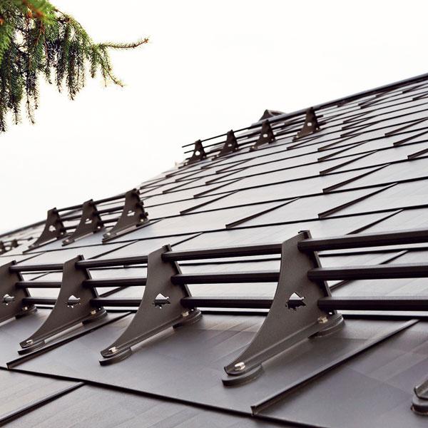 Pozrite sa na svoju strechu avsúvislosti sposlednou zimou porozmýšľajte, či by ste nemali skorigovať, alebo zrealizovať prvky ochrany pred zosuvom snehu. Dá sa to aj dodatočne.