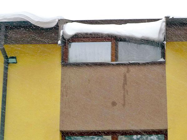 """Pojem veľa snehu je relatívny, pretože je rozdiel, či máte na streche veľa čerstvo napadaného snehu, alebo záplavu zľahnutého a mokrého snehu. Aj všelijaké strešné výmysly by však mali počítať s tým, že na ne raz napadne sneh, keďže sa nachádzajú v oblasti, kde """"občas"""" aj sneží. Tu by sme veru okno otvoriť nechceli."""