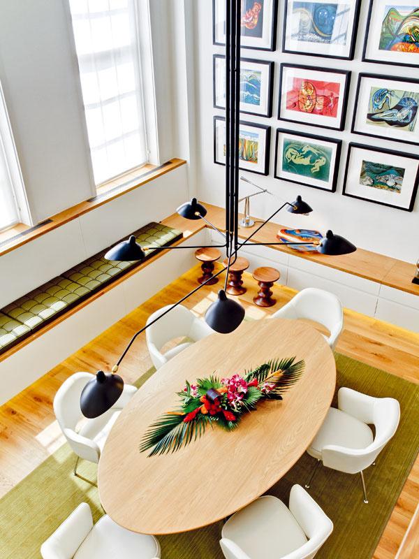 Život je párty. Aspoň pre majiteľov tohto bytu určite. Vysoká denná miestnosť so štíhlymi oknami azariadením vsvetlých farbách pôsobí vzdušne apohostinne, vďaka impozantnému stolu adlhej lavici pri stene je tu vždy dostatok miesta na sedenie.