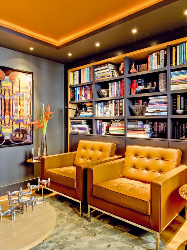 Bývalá kuchyňa dnes slúži ako knižnica aprípadné útočisko pre tých, ktorí si chcú na chvíľu odpočinúť od rušnej párty. Dizajnér dodal interiéru pokojnú noblesu a pocit luxusu pomocou materiálov afarieb, ale aj expresívnych tvarov.