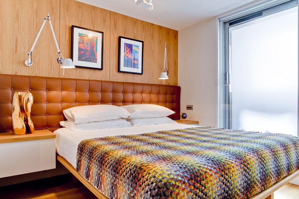 Spálňa na poschodí farebne, materiálmi aatmosférou korešponduje sknižnicou na prízemí. Aj sem sa nábytok vyrábal na mieru.