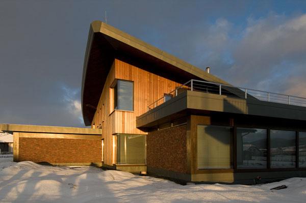 Rodinný dom v pasívnom štandarde, ktorý zapôsobí originálnou strechou