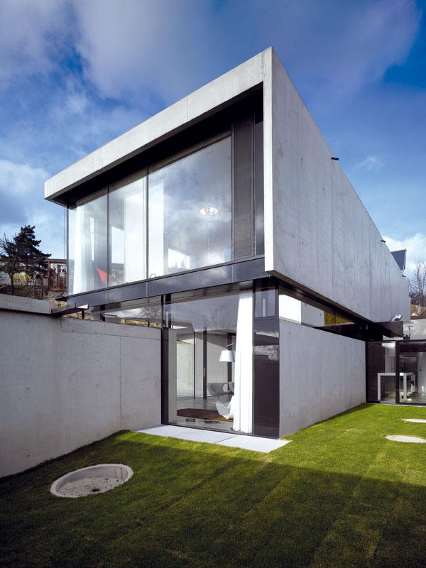 Zelená záhradka, prístupná dverami zkuchyne, neslúži na aktívny odpočinok, má skôr zenový charakter.