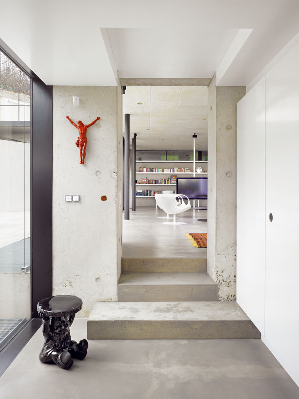 Na betónovom základe priam zažiaria jasné farby aj nápadité nábytkové prvky adoplnky so zaujímavým dizajnom.