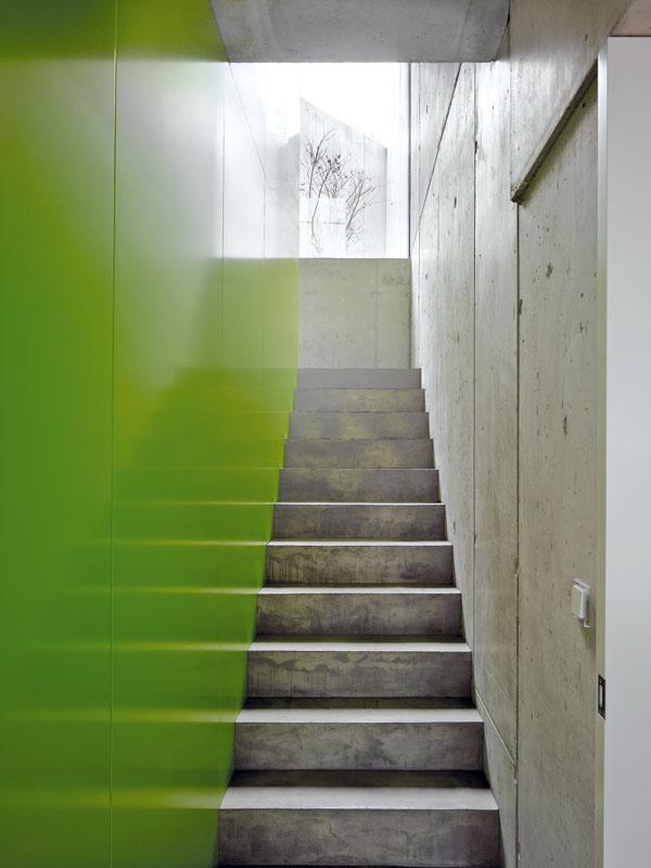 Na podeste schodiska poteší výhľad na zadné átrium sjaponským javorom, ktorý je večer pôsobivo nasvietený umelým osvetlením.
