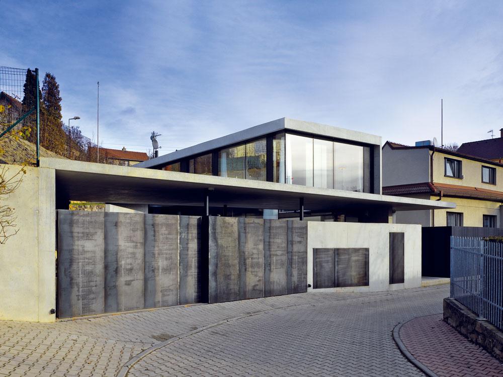 Novostavba vúzkej uličke nepôsobí rušivo, aj keď sú vsusedstve staršie domy. Naopak, nápaditá architektúra oživila inak fádne okolie.