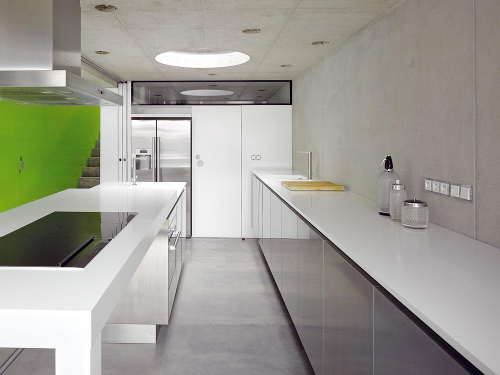 Podlahové vykurovanie astropné chladenie je vo všetkých miestnostiach – oba systémy využívajú veľkú akumulačnú kapacitu betónu. (Zdrojom tepla je tepelné čerpadlo vzduch/voda.)