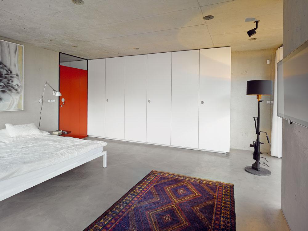 Vstavané skrine lemujú chodbu po celej dĺžke apokračujú až do spálne rodičov. Na nedostatok odkladacích priestorov si včisto pôsobiacom interiéri sťažovať nemôžu.