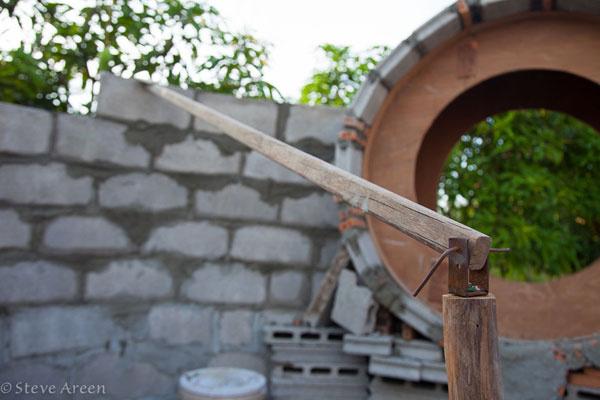Základom sa stali betónové tehly, ktoré vyrobili, ako inak, z miestnych materiálov. Jednoduché otočné rameno dohliadalo, aby múry mali správne zaoblené krivky.