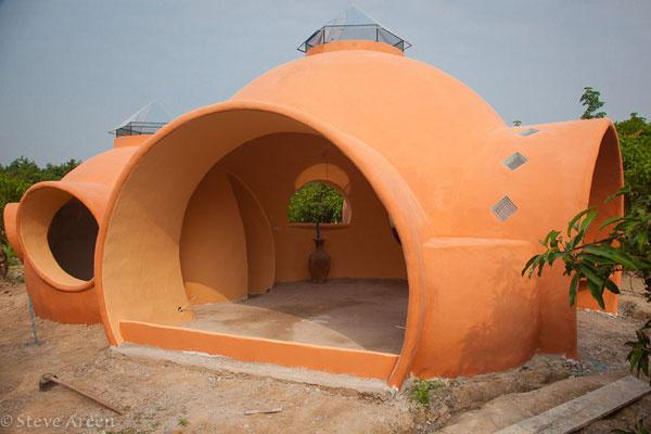Po omietnutí a namaľovaní výraznou terakotovou farbou bola hrubá stavba takmer hotová…