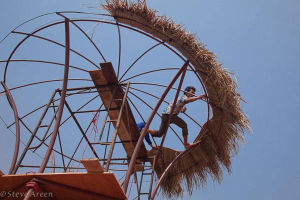 … ale dostať konštrukciu prístrešku na správne miesto, to chcelo skúsenosti thajských pomocníkov. Podarilo sa. Tao predviedol umenie práce s trávou a tŕstím na jednotku aj bez poistnej siete, klobúk dolu a hojdaciu sieť na oddych pod novou strechou hore!
