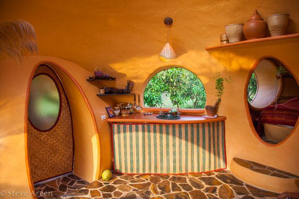 Ak nakuknete za zaujímavé dvere, ktoré Steve vyrobil z preglejky a látky tkanej z bambusu…