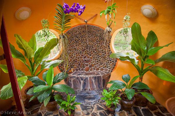 …. privíta vás kúpeľňa plná exotických rastlín. Detaily nesú v sebe jednoduchosť a miestny kolorit. Pozrite na sprchu, ako si visí na thajských korálikoch a je jej dobre