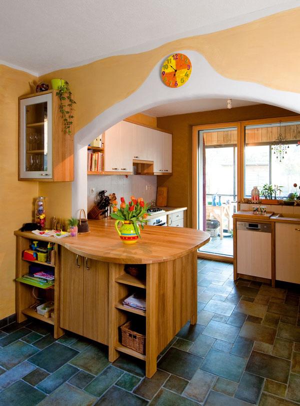 Z kuchyne sa vychádza do nevykurovanej zimnej záhrady. Jej orientácia na juh nie je náhodná. Prispieva k tepelnej pohode – v lete chráni interiér pred prehrievaním a v zime zasa pomáha udržať teplo v dome.
