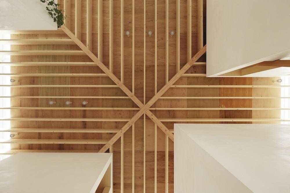 Krížový dizajn stropných trámov má nielen estetický ale aj praktický význam.