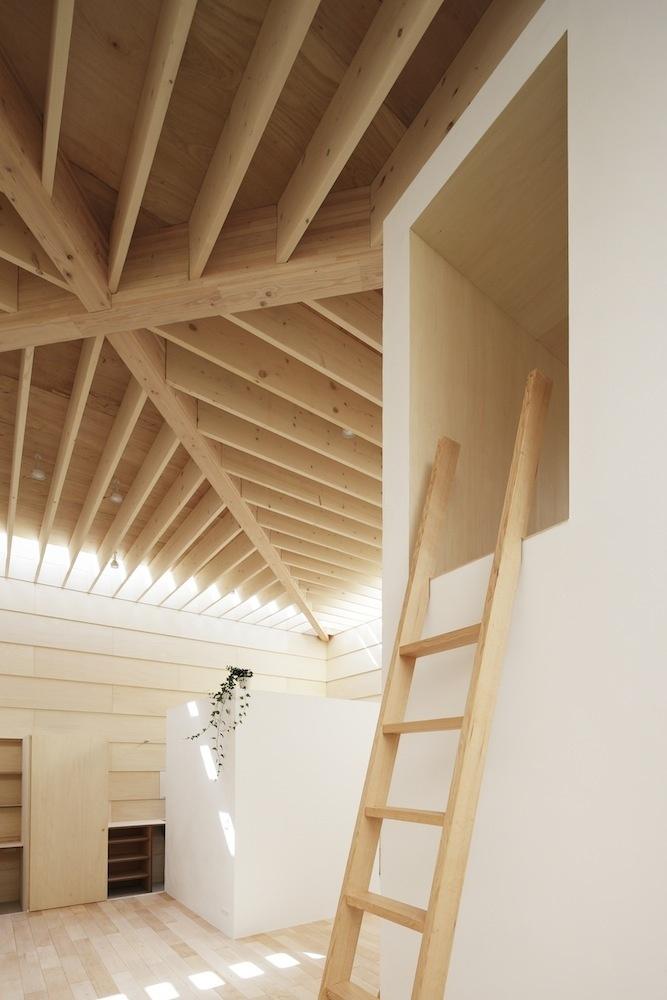 K priestorom ako stvoreným na meditáciu, čítanie, či samotné spanie, vedú pevné drevené rebríky, priestor pod nimi slúži ako úložný priestor.