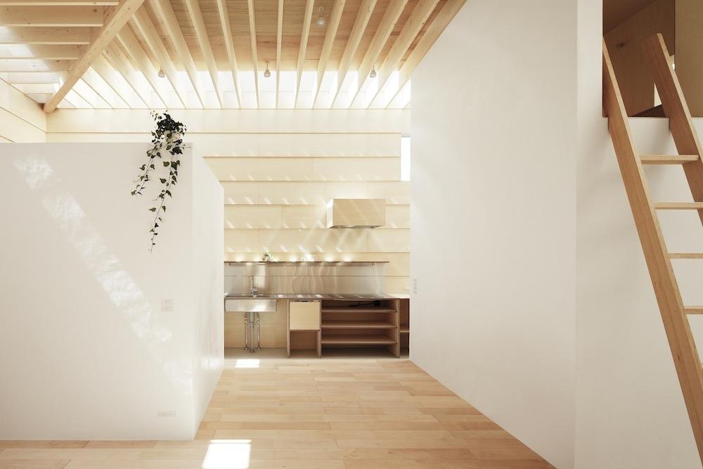 Zámerom architektov bolo v tomto prípade vytvoriť slnečný dom s tienistými zátišiami na odpočinok a relax.