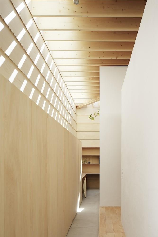 """Úzke chodbičky medzi nadúrovňovými izbami sú, podľa slov architektov, niečo ako """"uličky v meste""""."""
