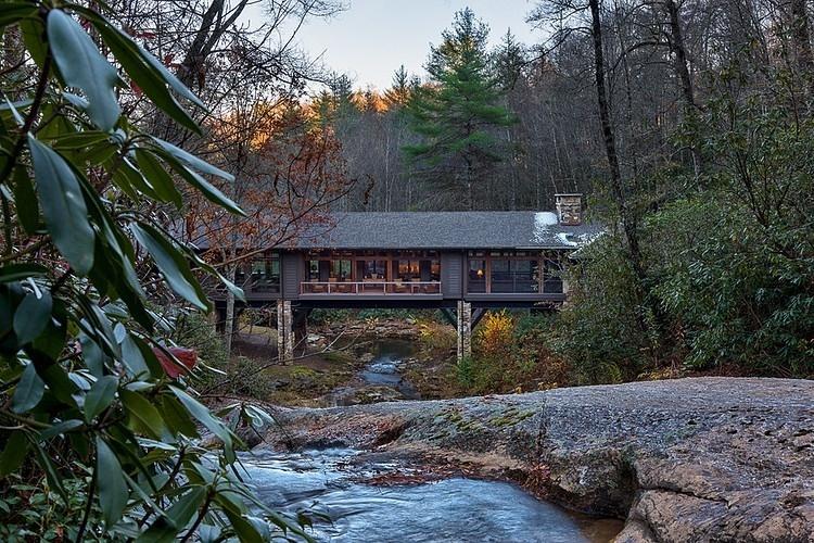 horská chata križuje rieku a ponúka maximálne pohodlie