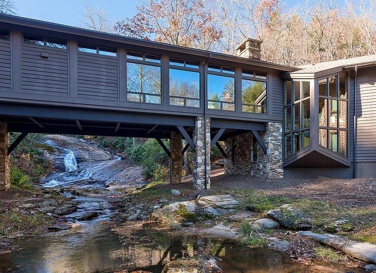 Stojí na mohutných kamenných pilieroch priamo nad riekou a ponúka jedinečný výhľad na okolitý les.
