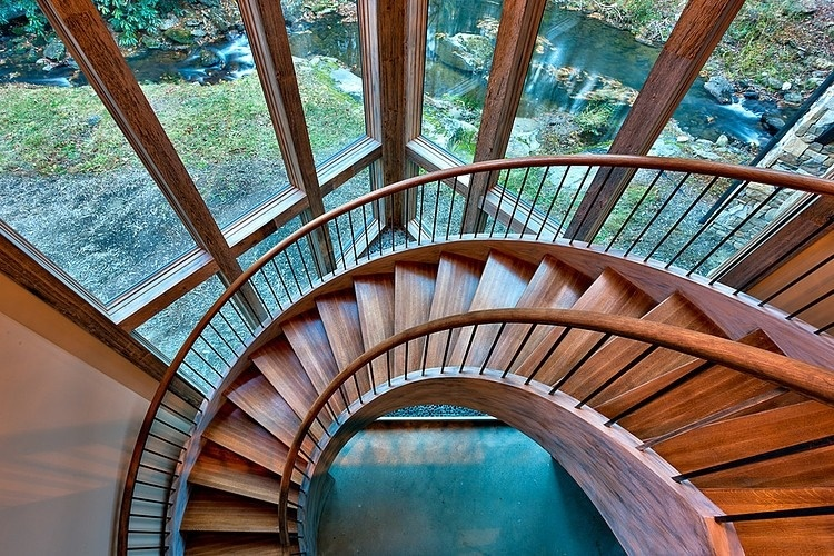 Drevené špirálovité schodisko vedie z prízemia do obývačky a kuchyne.