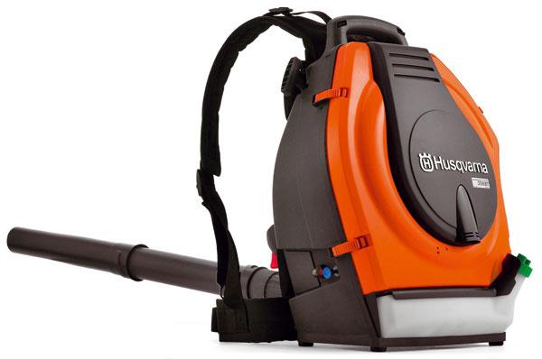 Fúkač Husqvarna 356BTX, systém Low Vib na efektívne tlmenie vibrácií, nízka hladina hluku, odstredivý systém čistenia vzduchu Air Injection umožňuje nízke opotrebovanie a dlhší čas prevádzky medzi čistením filtra, komfortné popruhy, 715 €.