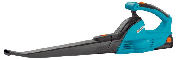 Akumulátorvý fúkač Gardena AccuJet 18-Li, výkon 18 V, rýchlosť vyfúkavania 190 km/h, max. pracovný čas 15 min, hmotnosť 1,8 kg, ergonomická rukoväť s mäkkým držadlom, lítium-iontová batéria a nabíjačka sú súčasťou balenia, 109,99 €.