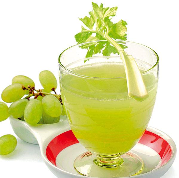 Odšťavte 5 stoniek zeleru a400 g hrozna. Zeler má detoxikačné účinky anavyše, zbavuje telo hlienov. Poslúži, ak vás lapí chrípka.