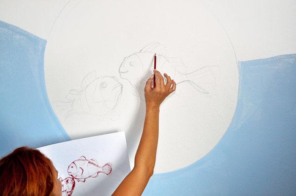Na bielu časť steny, kde chceme nakresliť hlavný motív, si najprv ceruzkou nakreslíme skicu celého obrázka.