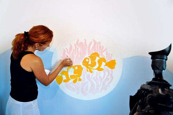Svetlejšími pastelovými farbami vymaľujeme najprv planktón aokolie apotom sa pustíme do sýtejších tónov rybičiek. Začneme najskôr svetlejšou, neskôr dotónujeme sýtejšou oranžovou farbou.
