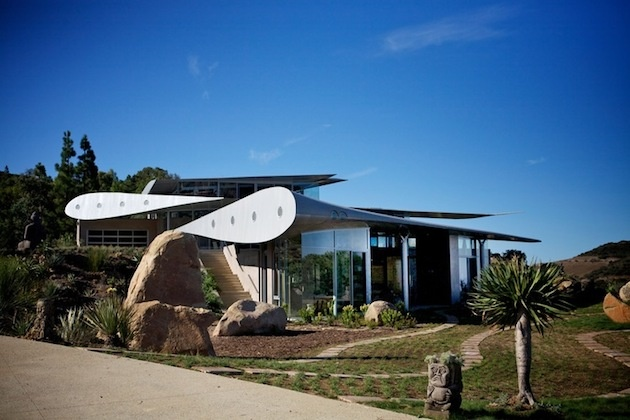 Keď sa architekti zamýšľali nad štruktúrou stavby a uvažovali, ako ho spraviť nevšedným, stanovili si cieľ, aby mal dom oblé línie.
