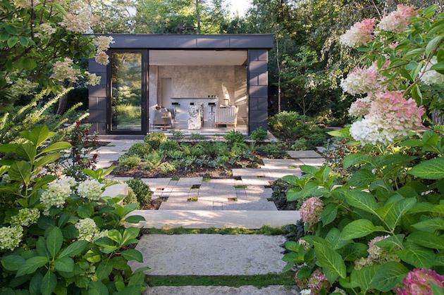 Uprostred záhrady si postavili elegantný pavilón na stretávanie a odpočinok