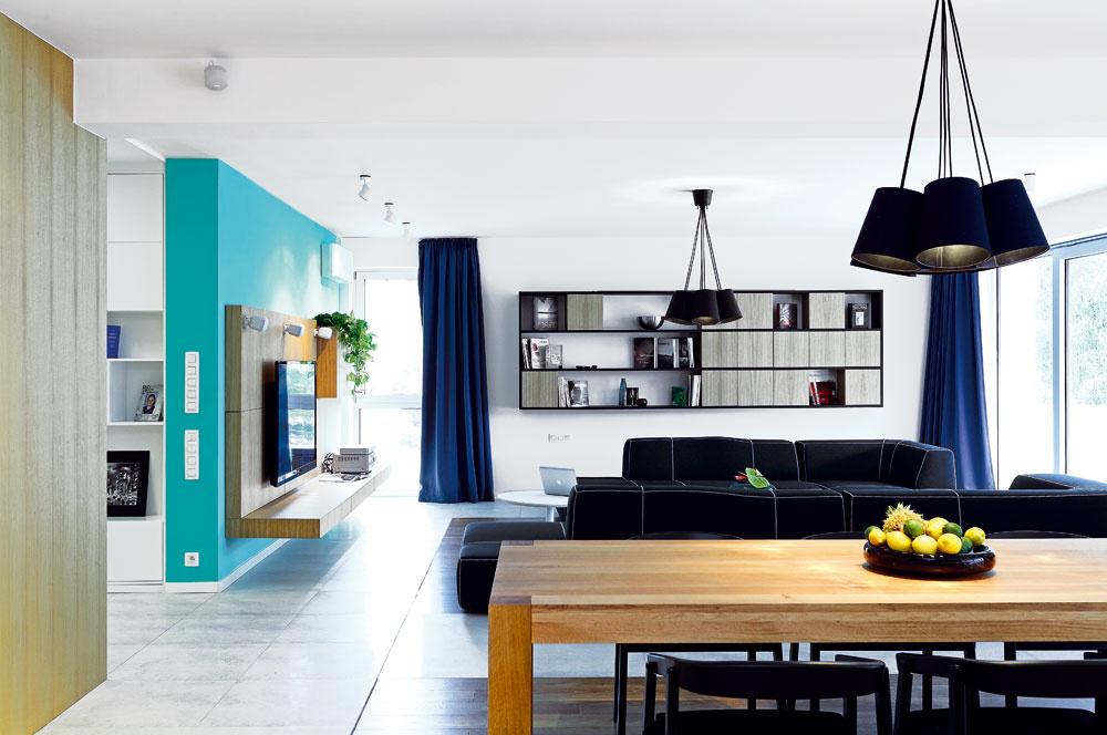 Denný priestor splochou takmer 80 m2 umožnil jasné alogické rozdelenie funkčných zón – od kuchyne na jednom konci cez jedáleň vstrede až po obývačku na jeho protiľahlej strane.