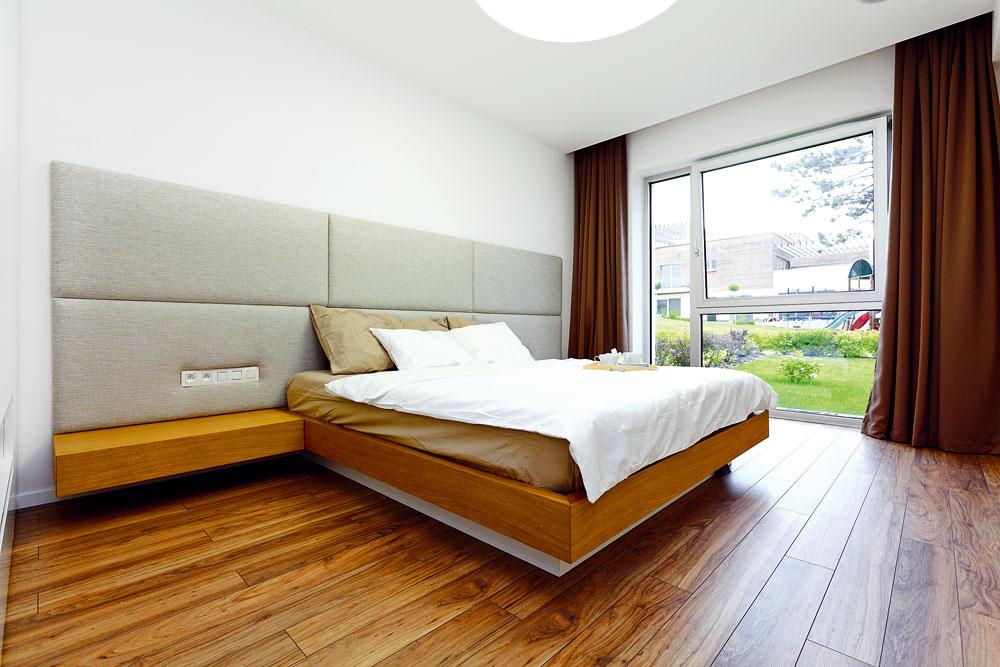 Terasový dom stojí vo svahu – spálňa na jednej strane bytu je vkontakte sterénom, pod terasou na opačnom konci je ešte jedno poschodie.