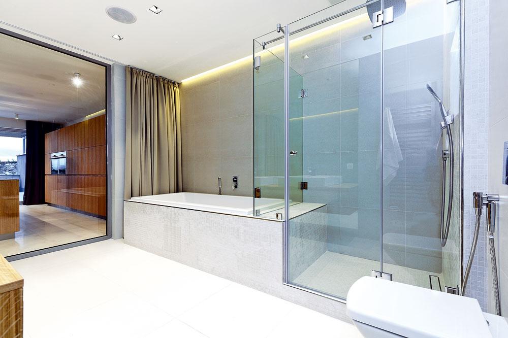 Vaňa srozmermi 2 x 1 m plynulo prechádza do veľkého apohodlného sprchovacieho kúta.