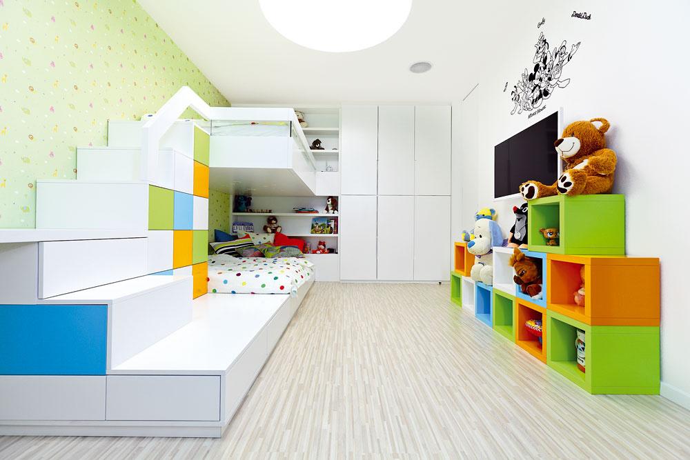 Detskú izbu navrhli pre dve deti (ikeď ju zatiaľ využíva len jeden potomok) – je tu poschodová posteľ a dva pracovné stoly, umiestnené pri protiľahlých stenách.