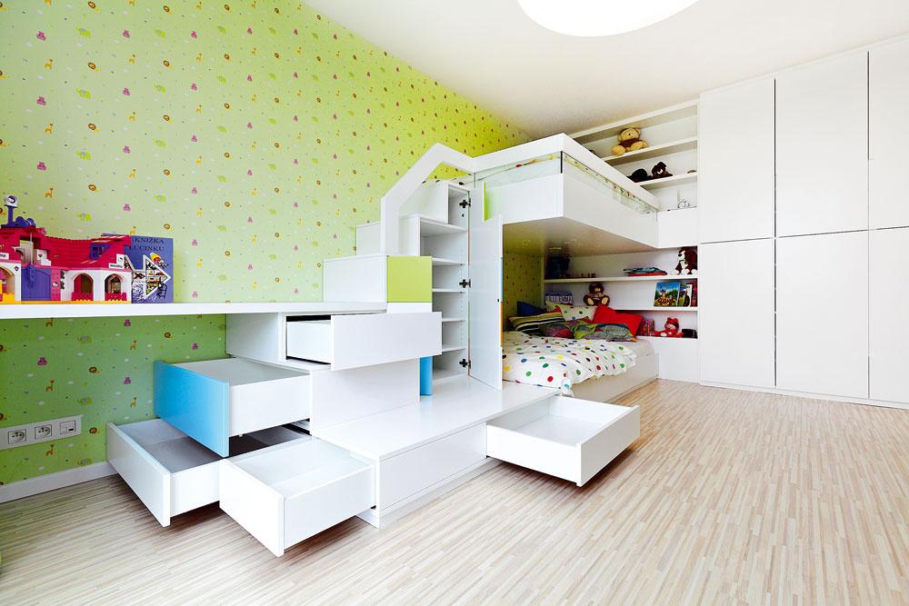 Schodíky na poschodovú posteľ skrývajú šikovné úložné priestory. Ďalšie miesto na odkladanie je vo vstavanej skrini.