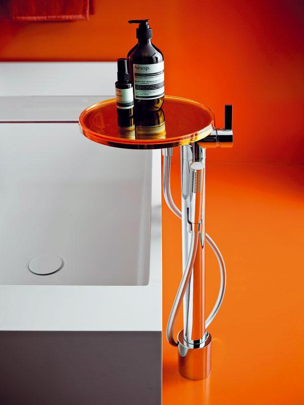 Nezvyčajné spojenie. Švajčiarska značka Laufen sa spojila skultovou talianskou firmou Kartell avýsledkom je novátorská kúpeľňová séria, ktorá spája klasickú keramiku s doplnkami anábytkom zplastu – typického kartellovského materiálu vjeho typických farbách. Za novým komplexným poňatím kúpeľne stojí renomovaná dizajnérska dvojica Ludovica aRoberto Palombovci.