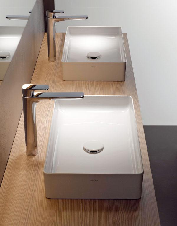 Neuveriteľný materiál. Pod názvom SaphirKeramik (Laufen) sa skrýva nový typ sanitárnej keramiky, ktorá umožňuje vyrobiť predmety snezvyčajne tenkými stenami aostrými hranami – polomery hrán sa pri klasickej keramike pohybujú od 7 do 8 mm, pri SaphirKeramik sa dajú dosiahnuť zaoblenia hrán iba 1 až 2 mm a polomery rohov 2 mm. Umožňujú to fyzikálne vlastnosti nového materiálu – jeho pevnosť je totiž porovnateľná soceľou a tvrdosť je dvakrát vyššia než tvrdosť klasickej sanitárnej keramiky.