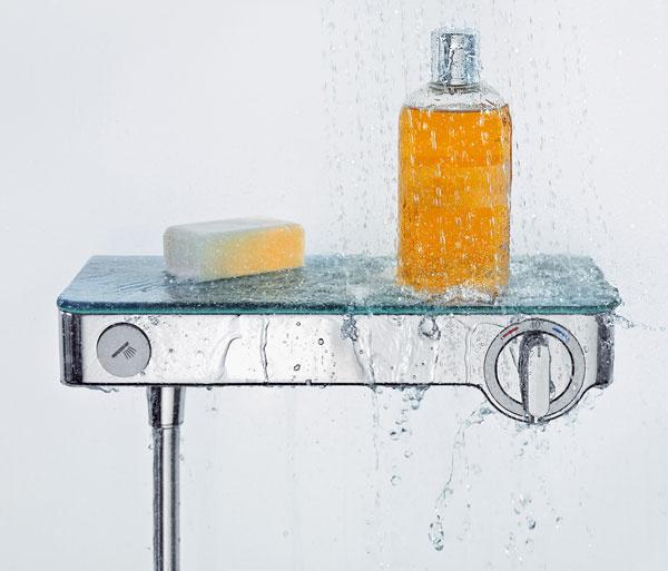 Geniálne multifunkčné. Kiežby mala voda vsprche okamžite správnu teplotu, kiežby bolo kam položiť fľaštičku so šampónom… Riešením dva vjednom je termostatická batéria ShowerTablet odHansgrohe. Termostatické ovládanie zabezpečí, že voda bude mať hneď astále takú teplotu, akú ste si zvolili. Iste, nič nové pod slnkom. Ibaže ShowerTablet nie je typickou komplikovanou sústavou navzájom sa prelínajúcich valcov, ale praktickou, apritom elegantnou poličkou, ktorá sa vsprche vždy hodí.