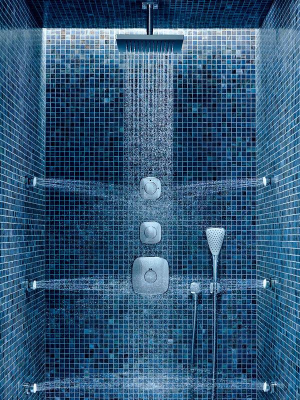 Rôznorodé pôžitky. Vmodernej sprche si užijete vodu vrozličných podobách azrôznych strán. Novinkou vtomto duchu je napríklad séria Amba od nemeckej značky Kludi – sprchový dážď zhlavovej sprchy, bočné masážne dýzy či ručnú sprchu si môžete vychutnať jednotlivo alebo vrôznych kombináciách (napríklad hlavová sprcha sa dá aktivovať naraz sručnou či bočnými dýzami). Ideálnu teplotu si pritom nastavíte vopred – bez tepelných šokov či zbytočného míňania vody pri regulovaní. Podomietkové batérie Kludi Amba, navyše, šetria miestom, keďže všetko okrem ovládacích prvkov je ukryté vstene.