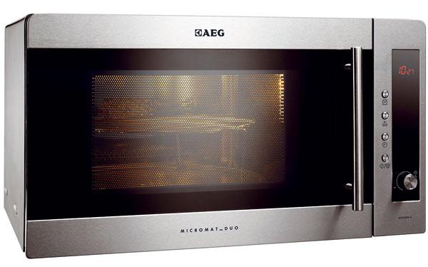 AEG MCD2541E-m  Micromat Duo  Kapacita: priemer taniera – 31 cm, výška – 18 cm Ohrev: mikrovlny – 900 W, gril – 1 020 W Pohotovostná spotreba: 0,6 W Funkcie: rozmrazovanie, kombinovaný ohrev, automatika  Táto rodinná mikrovlnka je navrhnutá tak, aby bola oporou pri prihrievaní pokrmov, rýchlom varení a doplnkovom zapekaní. Výrobca do nej osadil špirálové teleso grilu, ktoré potrebuje niekoľko minút na nahriatie, preto je výhodné pripravovať porcie pre všetkých členov domácnosti súčasne, nie jednotlivo. Zapekané pokrmy nám neprihárali, s obľubou sme využívali kombinovaný ohrev. V tejto mikrovlnke sme dokázali pripraviť pizzu priemernej kvality, s gratinovaním sme boli rovnako spokojní. Prednosťou tohto modelu je otočný volič na ovládacom paneli, ktorý pomôže  s ovládaním bez omylov i rýchlym nastavením. I tu nám však chýbala legenda k automatickým programom a ocenili by sme aj kovový zapekací tanier. Trochu nás zamrzelo, že kovové povrchy nie sú lakované, takže vonkajšok spotrebiča sa r