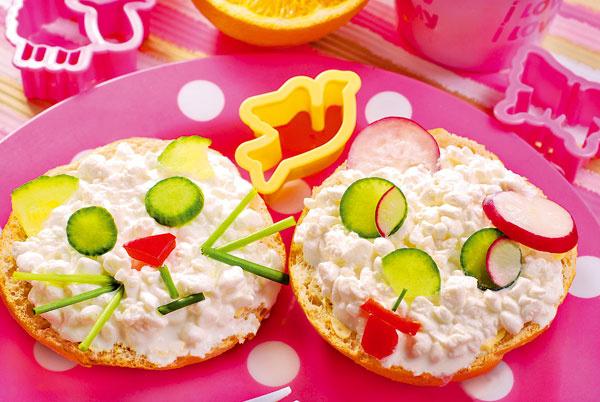 Nechce vaše dieťa jesť zeleninu či raňajkovať? Vyskúšajte podať zdravé raňajky hravou formou. Ich príprava vám možno bude trochu dlhšie trvať, ale za pokus to stojí, nie?