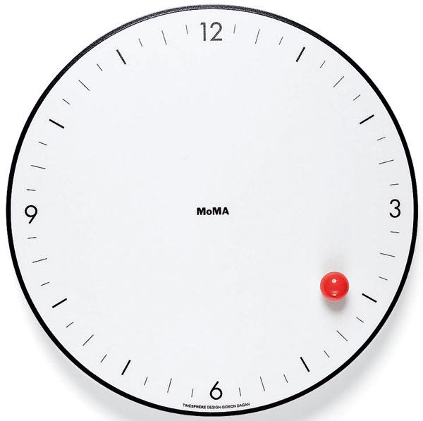 Minimalistické hodiny Timesphere navrhol kalifornský dizajnér Gideon Dagan. Stvárnil ich ako krajne zjednodušený vizuálny vtip. Po okraji okrúhleho ciferníka sa (celkom magicky) kotúľa hodinový ukazovateľ v podobe červenej loptičky. Akoby sa autor pokúsil o citáciu švajčiarskej predlohy a odstránil z nej všetko až na červený bod z konca sekundovej ručičky. Daganove hodiny nemajú oznamovať na stotiny presný časový údaj; ich zmyslom je skôr poukázať na plynutie času, ktoré odmeriava sotva badateľný, no pritom neodvratný pohyb guľôčky. 65 $, MoMA STORE