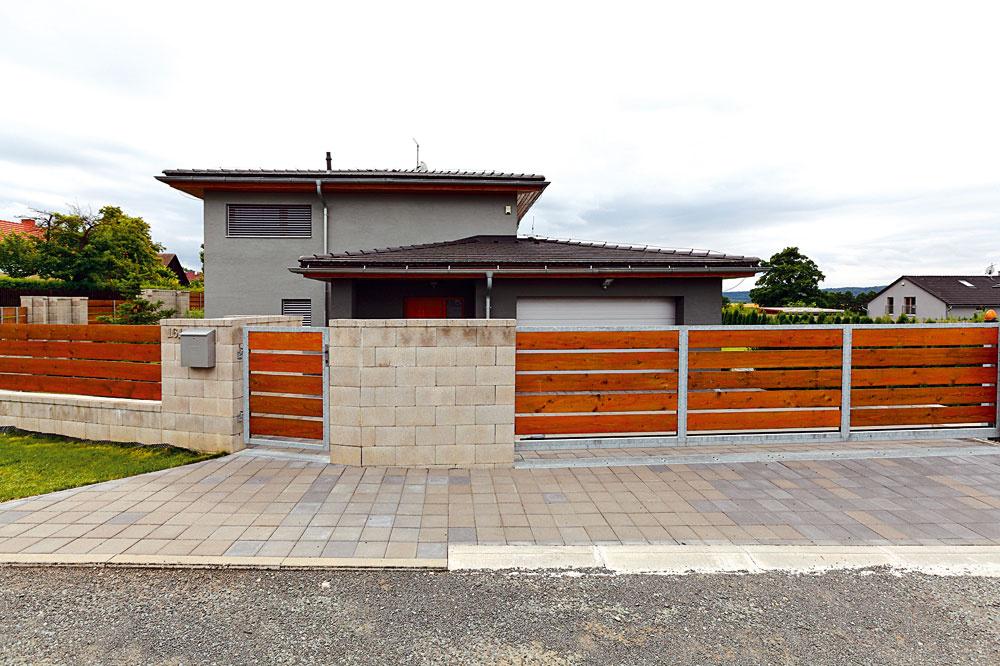 Plot sa prispôsobuje uličnej čiare, dom je však možné umiestniť na pozemku prakticky bez obmedzenia.