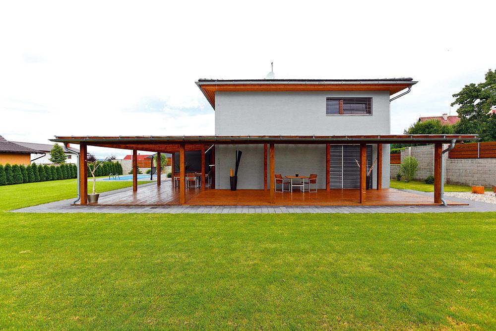 Pergola opticky usadila hmotu domu adodala mu horizontálny rozmer.